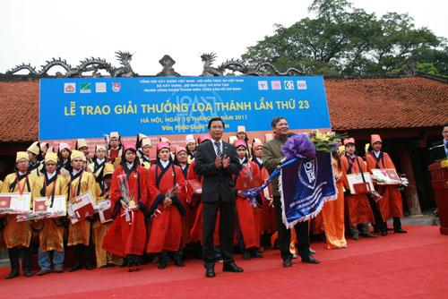 KTS Nguyễn Đình Toàn trao cờ luân lưu cho đơn vị đang cai giải thưởng Loa Thành năm 2012 cho Tổng hội Xây Dựng Việt Nam
