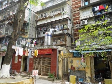 Thực trạng nhếch nhác, tùy tiện và mất an toàn là tình cảnh chung ở chung cư cũ Hà Nội – đang đặt ra vấn đề cần phải chỉnh trang, tu sửa.
