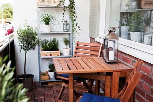 Những kệ nhỏ trưng bày đồ trang trí sẽ giúp ban công nhà bạn sống động hơn.