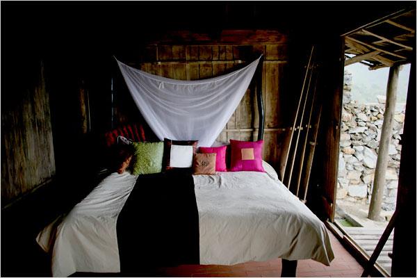 Riêng phòng ngủ cho khách là theo kiểu truyền thống, với nhà tranh vách gỗ và những trang trí lấy từ hoa văn và màu sắc các dân tộc miền núi phía Bắc Việt Nam