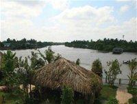 Ngã ba sông Ba Láng nhìn từ khách sạn An Bình. Mái lá trong ảnh là nơi dành tổ chức những bữa ăn đặc biệt, hưởng thú ẩm thực theo phong cách đồng bằng Nam bộ. Ảnh: Mỹ Xuyên