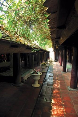 Một góc kiến trúc chùa Mía với kiến trúc gỗ hài hòa với thiên nhiên