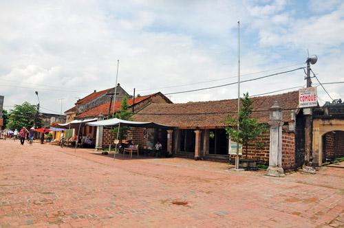Còn đó một không gian công cộng giữa đình làng - Xích Hậu trên trục giao thông chính làng Mông Phụ, Đường Lâm