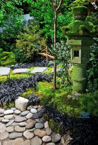 Đèn lồng Nhật Bản được đặt gần các công trình quan trọng, để mang đến ánh sáng và làm tăng thêm vẻ đẹp cho không gian.