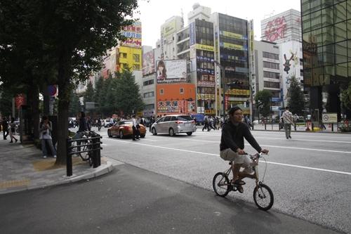 Một người đạp xe thong dong trên đường phố Tokyo - thành phố 13 triệu dân