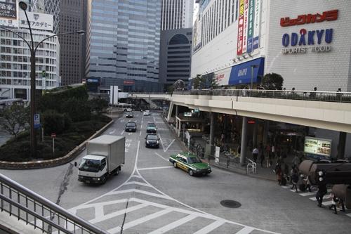 Hành lang đi bộ trên cao nối những tòa nhà văn phòng trung tâm thương mại