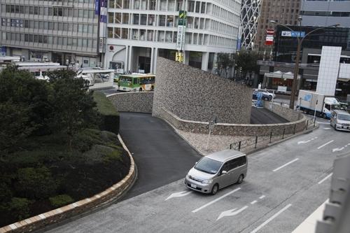 Một đường dẫn cho xe ô tô đi vào một đường phố ngầm sau bụi cây xanh