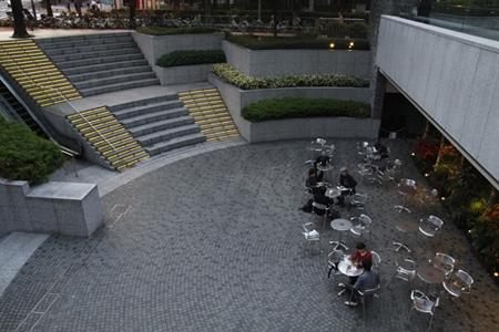 Một quán hàng nầm thấp hơn quảng trường, mái nhà hàng là một vườn hoa