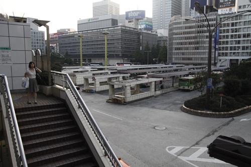 Phố trên cao nối xuống mặt đất, nơi ga xe buýt đã sẵn lối xuống ga tầu điện ngầm