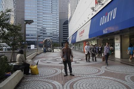 Đường phố trên cao với các nhà hàng ven đường, dãy ghế đá dành cho du khách