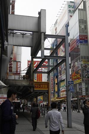 Trên hè phố: khung thép đỡ biển quảng cáo hay đỡ mái che vỉa hè đường phố