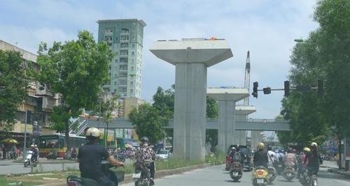 Tuyến đường sắt trên cao, cầu vượt qua đường đơn tuyến, chưa trở thành yếu tố kết nối với những nhà phố cao và thấp tầng , cũ và mới xây dựng hai bên đường.