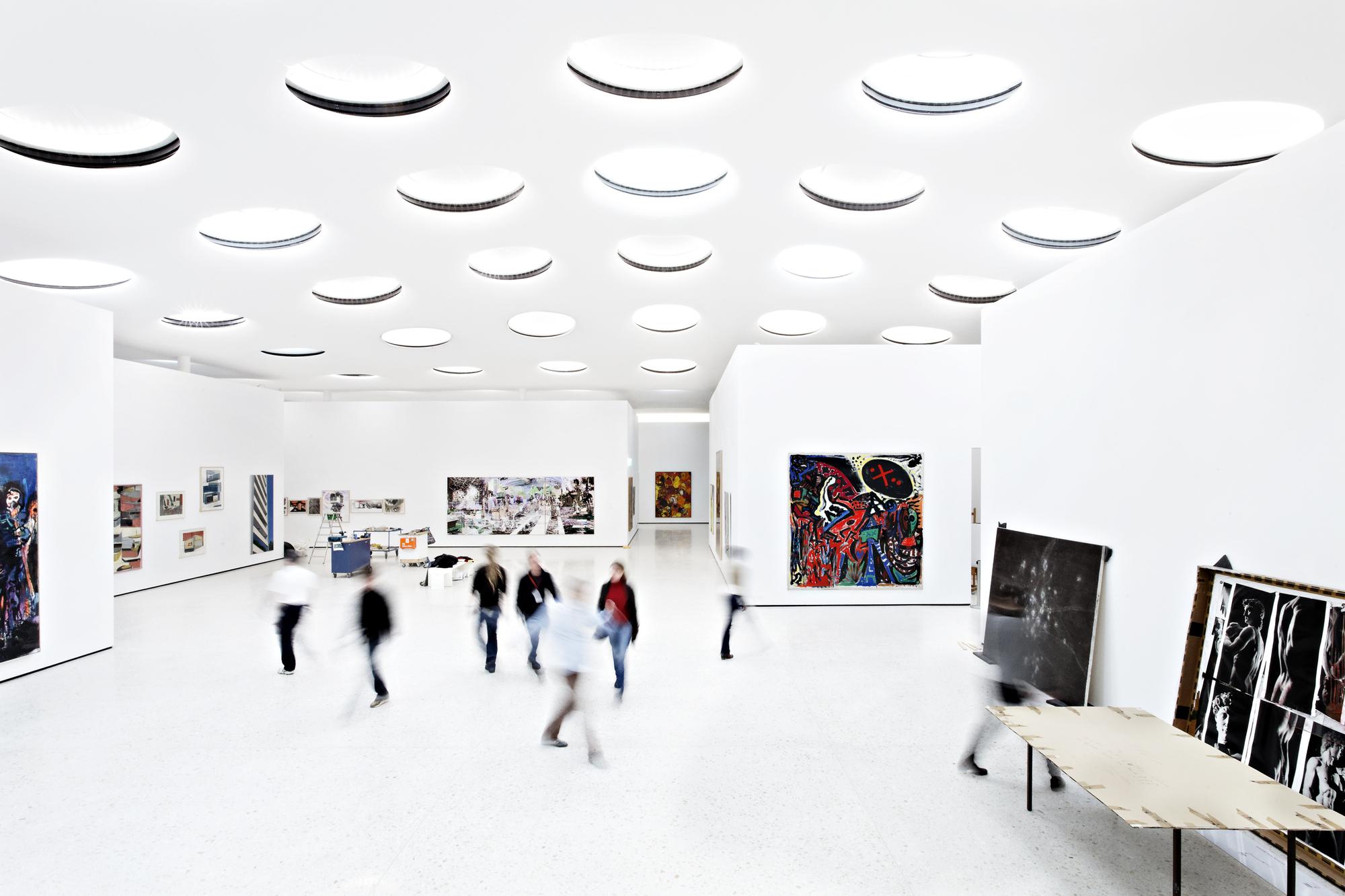 Không gian trưng bày cởi mở. Các hệ vách ngăn di động được thiết lập tuỳ theo chương trình trưng bày.