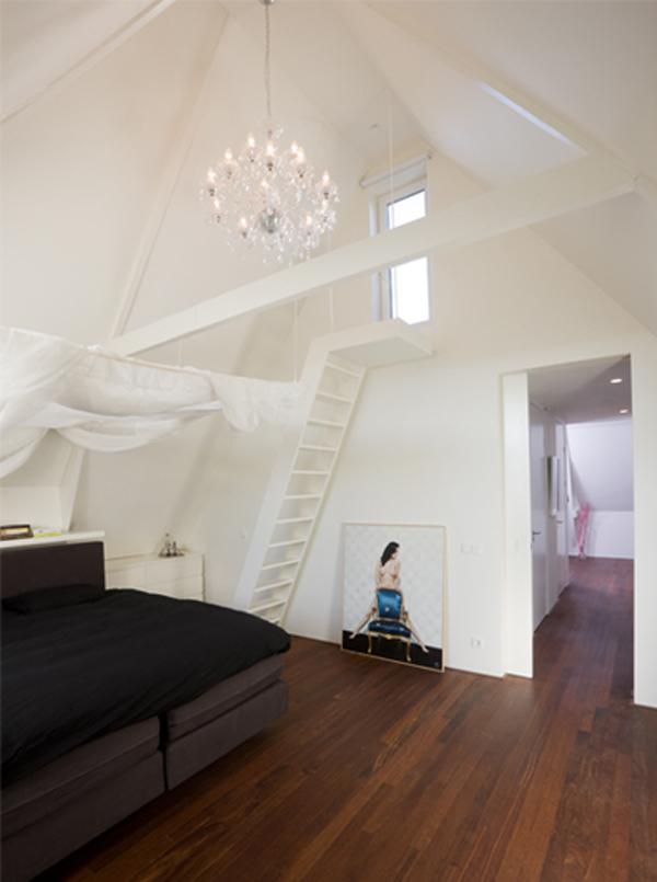 Một cầu thang nhỏ được bố trí, tạo một góc nhìn ấn tượng qua ô cửa nhỏ của mái