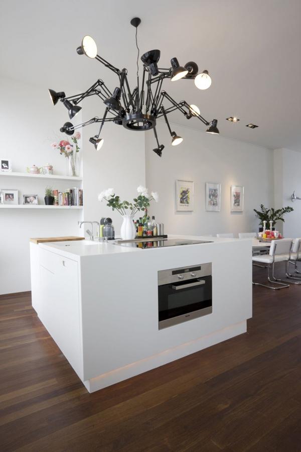 Ngôi nhà được điểm xuyết bới chiếc đèn chùm khá độc đáo của nhà thiết kế Ron Gilad