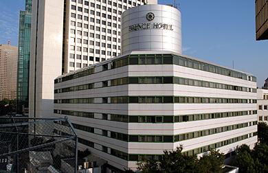 Một biểu tượng trang trí ở trên lối vào khách sạn Hoàng tử Oppongi, Tokyo, 1984. Kts. Kisho Kurokawa / Biểu tượng này trong tòa nhà biểu hiện một sự cộng sinh giữa bộ phận và tổng thể, mà bộ phận đô thị được biểu hiện dưới hình thức ẩn dụ hay ảo, giả nhưng đặc trưng cho những nền văn hóa hay các thời đại khác nhau.