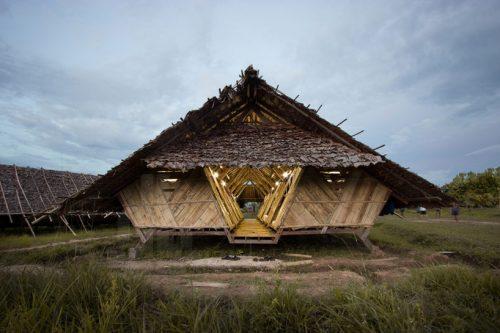 cấu trúc được làm từ gỗ tếch tái chế bằng tre cho bên ngoài và các bức tường nội thất