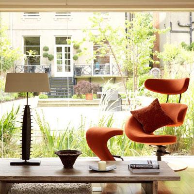 Nhờ vật liệu kính, không gian trong nhà và sân vườn dường như không còn khoảng cách.