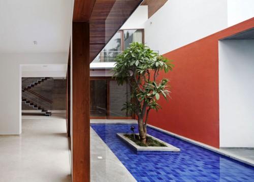 Sân trong củaThe Long House  (Ấn độ) thiết kế bởi Khosla Associates. Với màu sắc nguyên bản rất đặc trưng.