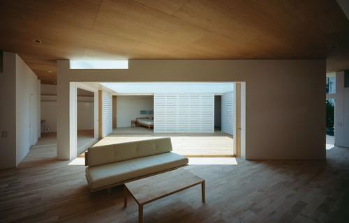 Đôi khi, sân trong chỉ cần nắng là quá đủ cho phong cách tối thiểu. Sân trong của nhà F-White thiết kế bởi Takuro Yamamoto Architects