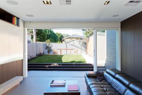 Sân sau với thảm cỏ rộng mời gọi, cốt nền được nâng cao: phòng khách trở nên riêng tư hơn, ấm cúng hơn, sân vườn có cảm giác mời gọi hơn, quan trọng hơn. G House (Úc châu) thiết kế của Fleming + Hernandez Architects