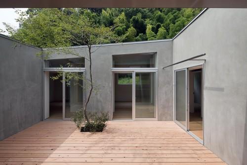 Khi xung quanh quá nhiều, bên trong chỉ cần ít. Một cây nhỏ để tạo ra sợi dây liên kết với xung quanh. Nhà ở Gamagori (Nhật bản) thiết kế của Kazuki Moroe Architects