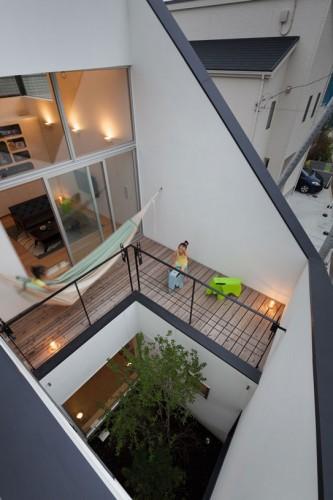 Sân nhỏ trên tầng 2 một góc mở riêng tư cho ngôi nhà. Nhà ở tại Ofuna (Nhật bản) thiết kế của  Level architects