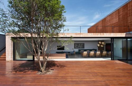 Sân đủ lớn, cho tầm nhìn lớn của phòng khách + ăn. BT House (Brasil ) thiết kế của Studio Guilherme Torres