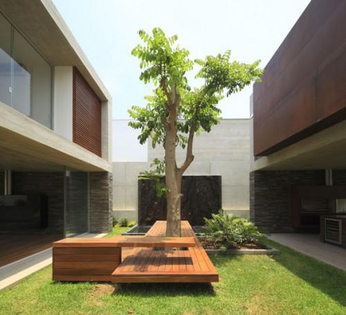 Một phong cách rất nhiệt đới, cây và đồ ngoại thất kết hợp với nhau như một tác phẩm sắp đặt. La Planicie House Ii (Peru) thiết kế bởi Oscar Gonzalez Moix