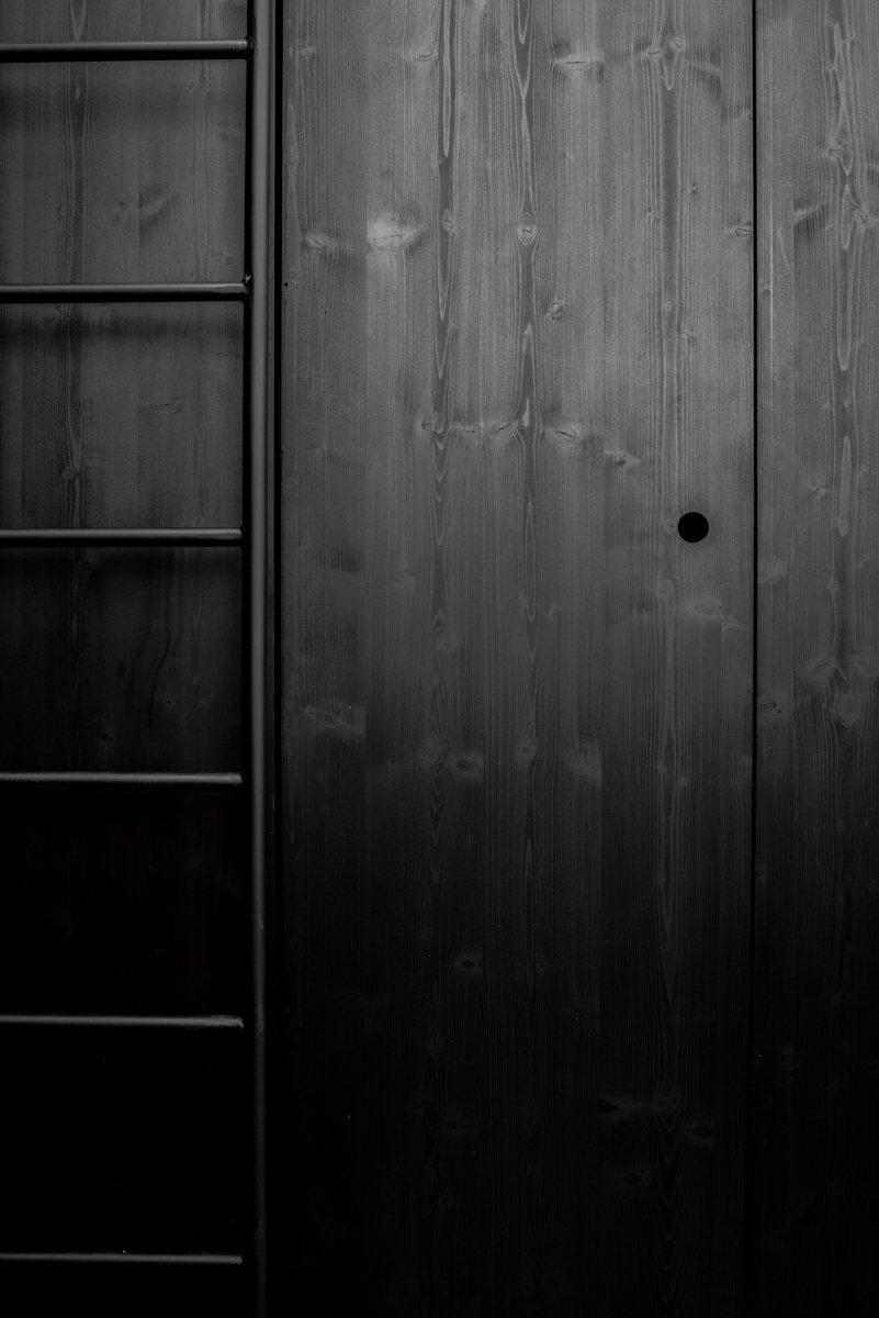 Chi tiết lỗ ngoắc thay cho tay nắm vào cửa kho