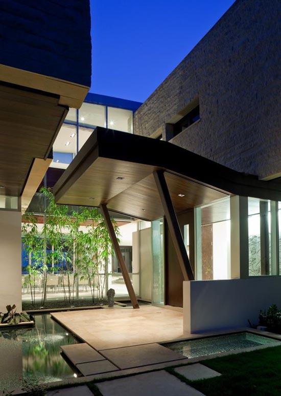 ự kết hợp mềm mại giữa cây xanh – nước và mái che ngoài trời là những khoảng đặc – rỗng sinh động cho kiến trúc ngôi nhà.