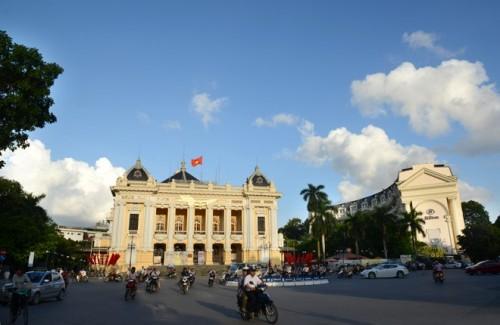 Nhà hát lớn Hà Nội được người Pháp khởi công xây dựng vào năm 1901 và hoàn thành năm 1911, theo mẫu Nhà hát Opéra Garnier ở Paris.