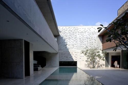 Khoảng sân phong cách tối thiểu, thủ pháp dùng nước để định hướng giao thông nhưng vẫn kết nối được những không gian trong ngoài. - The Courtyard House (Singapore) thiết kế của Formwerkz Architects