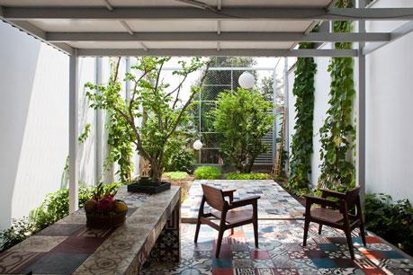 Tầng 1 bỏ trống kết nối với sân vườn, cây trong vườn chỉ toàn những cây quen thuộc, nhẹ nhàng giản dị như chính phong cách của ngôi nhà này. The nest house (Việt Nam) thiết kế của A21 Studio