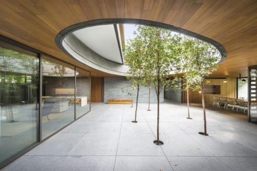 Một phong cách sắp đặt cho khoảng sân vườn, sự nuột nà thường thấy của những KTS Singapore. The Wall House  (Singapore) thiết kế của FARM