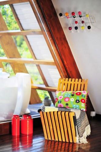 Toàn bộ sàn nhà, khung nhà đều được làm bằng gỗ. Bao quanh nhà là kính - đặc điểm không thể thiếu của các ngôi nhà sinh thái.