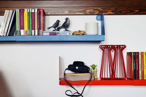 Kệ mở gắn trên tường để trưng bày sách báo, đồ trang trí đơn giản.