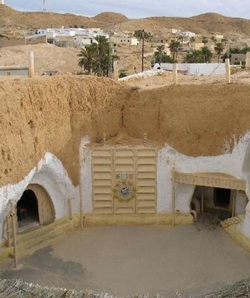 Nơi đây từng được sử dụng cho cảnh qua trong phim Star War, từ đó ngôi làng Matama được biết đến từ quốc gia Tunisia. Xanh hoá bằng kêu phong và nằm dưới lòng đất, ngôi nhà kiểu này luôn là cách trốn đi cái nắng nóng xứ sở vùng khô này có từ lâu đời.