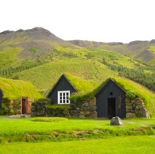 Đây là ngôi nhà xây dựng theo cách truyền thống có từ 1000 năm trước ở xứ Iceland. Hoà nhập với thiên nhiên, phủ cây xanh khắp ngôi nhà chắc hẳn sẽ là cách sống rất tuyệt vời khi sinh hoạt dưới máy nhà này.