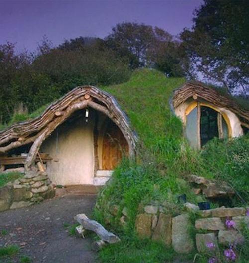 """Tốn 5 .000 Bảng Anh hai vợ chồng xứ Wales xây dựng nên ngôi nhà lý tưởng nhưng ấm cúng, ấm áp và thân thiện môi trường như thế này. Căn nhà phủ lớp cây xanh tạo nên bề mặt """"rừng thu nhỏ"""" góp phần hạn chế chất thải của họ sinh hoạt thải ra hàng ngày."""