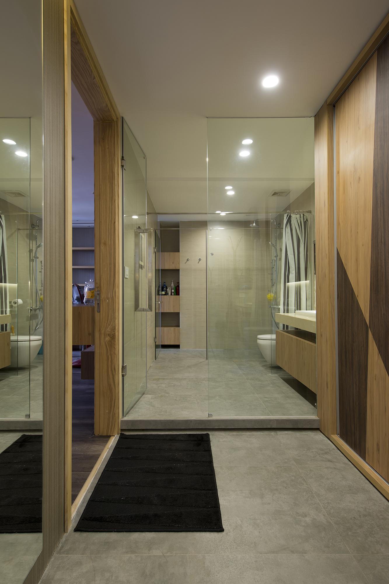 Sảnh phòng ngủ master là không giant hay đồ liên hoàn với vệ sinh. Chất liệu gạch bê tông kết hợp với kính, gỗ tạo nên một không gian thư giãn nhẹ nhàng cho gia chủ.