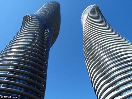 Các tầng của tòa nhà Absolute World Towers có thể xoay 209 độ, tổng cộng 56 tầng nhà sẽ cùng xoay theo một nhịp để luôn tạo nên hình dáng ấn tượng như thân hình đồng hồ cát của Marilyn Monroe.