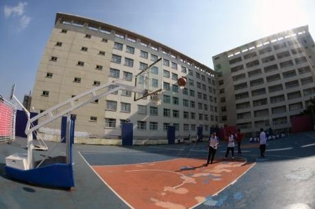 Trong các trường đại học ở Hà Nội, Đại học Thăng Long được đánh giá là ngôi trường có cơ sở vật chất tốt nhất. Trường nằm trên đường Nghiêm Xuân Yêm (quận Hoàng Mai, Hà Nội), có mức học phí 15-17,5 triệu/năm/sinh viên tùy vào mức độ học và tín chỉ .