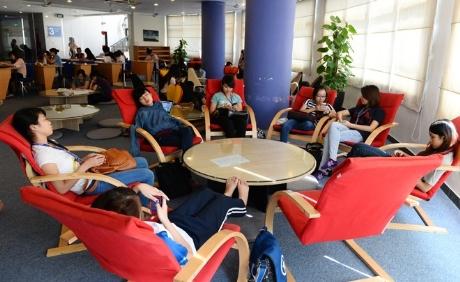 Cơ sở vật chất của trường rất tiện nghi. Tại mỗi một khu giảng đường đều có một thư viện tự học, diện tích gần 200m2, tạo điều kiện cho sinh viên vừa học vừa nghỉ ngơi trong những phút căng thẳng. Nhà trường có 7 thư viện tự học, mỗi phòng có một thiết kế khác nhau về màu sắc cũng như cách bài trí .