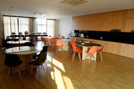 Phòng khách lớn và phòng bếp nhà hàng dành riêng cho sinh viên chuyên ngành khách sạn - nhà hàng thực hành và nghỉ ngơi .