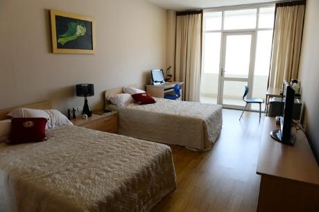 Khu liên hợp thực hành bao gồm 20 phòng nghỉ dưỡng. Sinh viên được thực hành ngay tại trường. Tiêu chuẩn các phòng ốc tương đương khách sạn 3 sao.