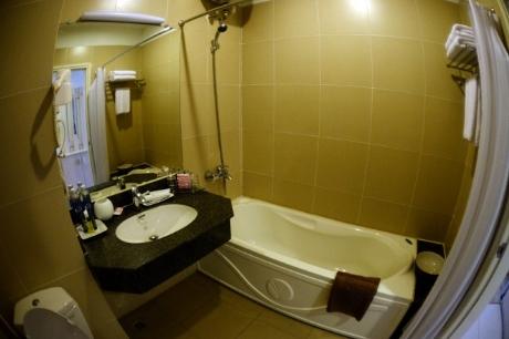 Toilet bên trong phòng khách sạn dành cho việc thực hành, học tập thậm chí cả sinh hoạt cho sinh viên .