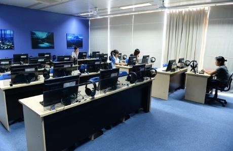 Phòng cinema của sinh viên với hệ thống dàn máy tính màn hình LCD cỡ to