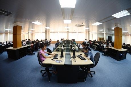 Phòng thư viện chung của trường được bố trí hài hòa, tạo một không gian thoáng đãng .