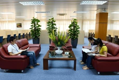 Phòng tự đọc với những bình hoa, chậu cây cảnh .